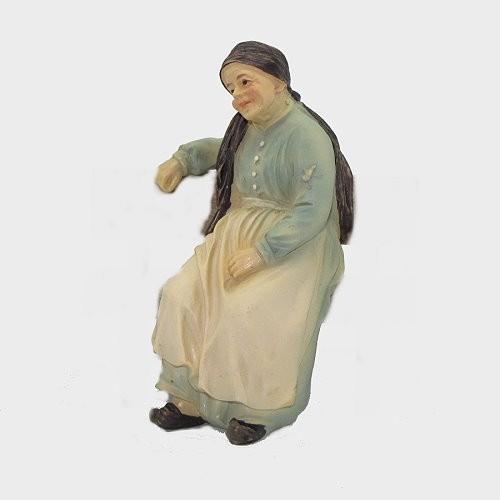 Krippenfigur Oma sitzend auf Bank